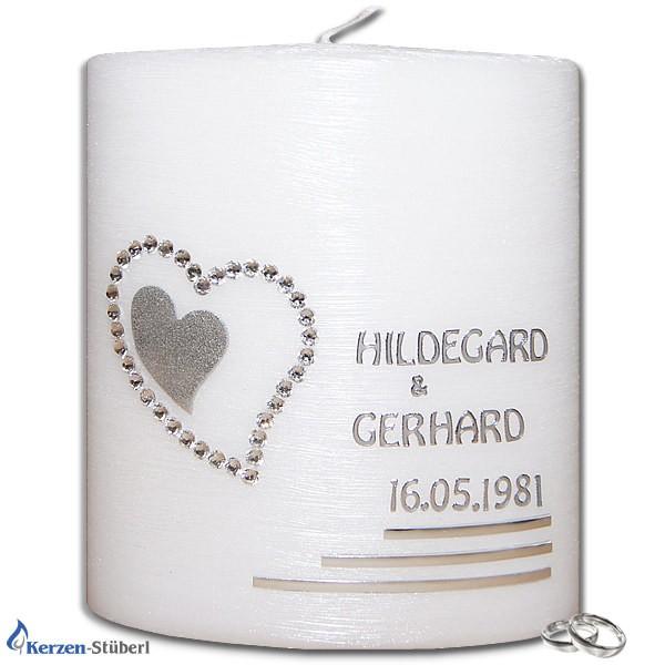 Abbildung einer Hochzeitskerze mit Herz aus Swarovski Steinen und einem innenliegenden Herz aus Wachs. Die Hochzeitskerze ist nicht wie üblich in weiß, sondern in einer edlen Perlmutt-Optik