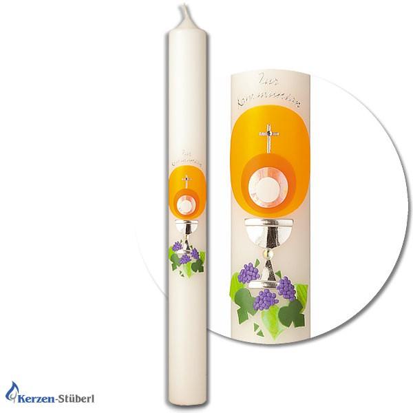 Abbildung einer Kommunionkerze bzw. Konfirmationskerze die als Motiv mit Sonne, silberner Kelch, Trauben und Weinblätter verziert ist. Test